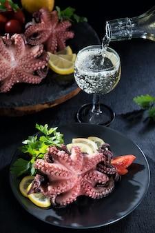 Gevulde octopus met citroen en tomaten