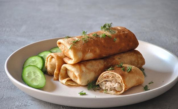 Gevulde pannenkoeken met vlees. heerlijke lunch / diner.