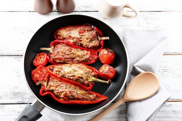 Gevulde paprika met vlees en groenten