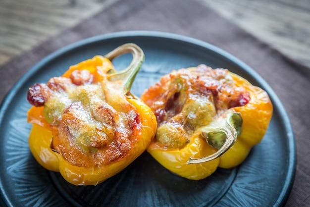 Gevulde paprika met worstjes en mozzarella topping