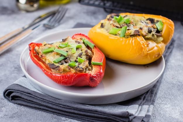 Gevulde paprika's met groenten - aardappelpuree, champignons