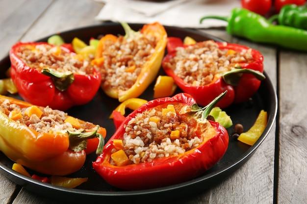 Gevulde paprika's met groenten op tafel close-up