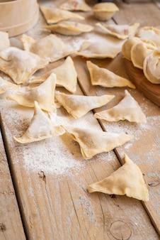 Gevulde pasta met bestrooide bloem