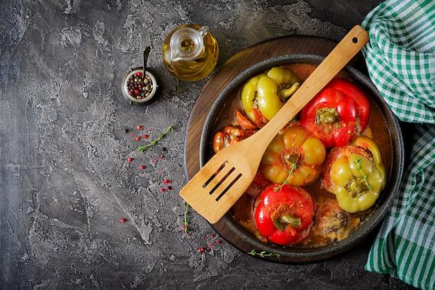 Gevulde peper met gehakt en boekweitpap. smakelijk eten. plat leggen. bovenaanzicht