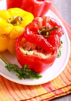 Gevulde rode en gele paprika op plaat