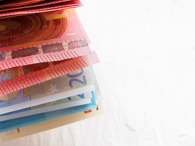 Gewaaide veelkleurige eurobankbiljetten op wit