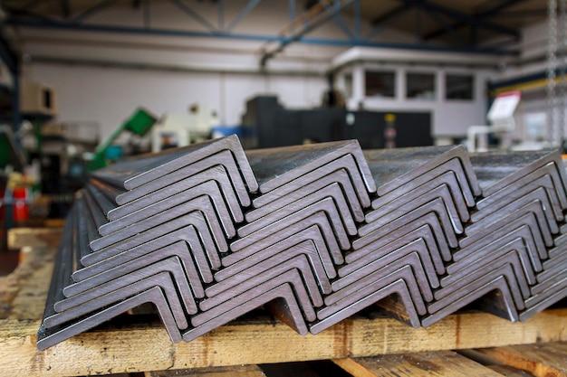 Gewalst metaal, l-profiel. stapel hoekstaal in de fabriek.