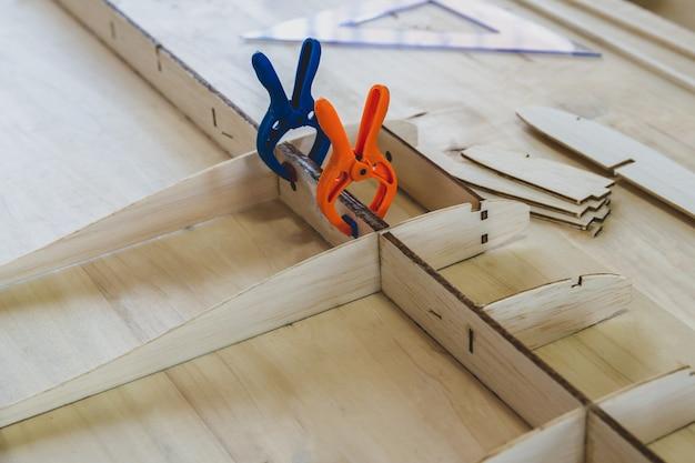 Gewapend houten vliegtuig met radiobesturing