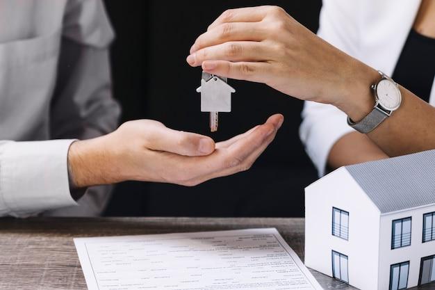 Gewas agent geeft nieuwe sleutel van het appartement