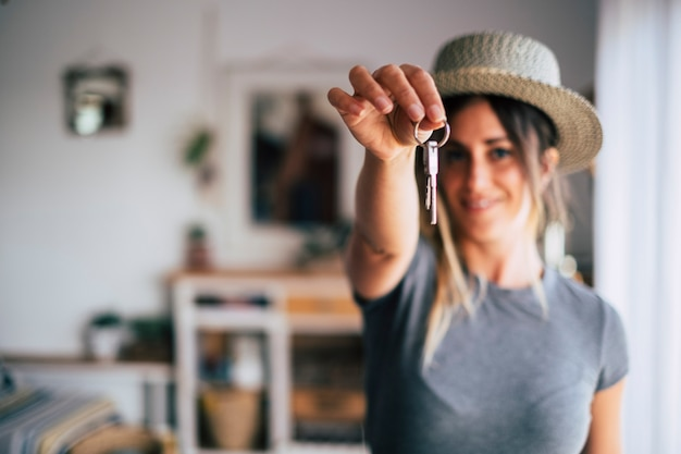 Gewas close-up van vrouwelijke huurder huurder toon lof huissleutels verhuizen naar eerste eigen nieuw appartement of huis, gelukkige vrouweigenaar koopt koopwoning, verhuizen naar woning, verhuur, huur, eigendomsconcept