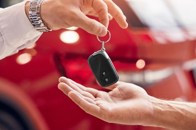 Gewas klant neemt huursleutels van autodealer
