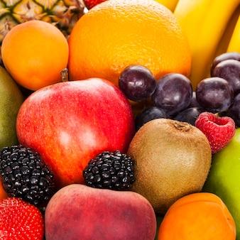Gewas van exotisch fruit in de studio
