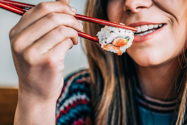 Gewas vrouw sushi eten