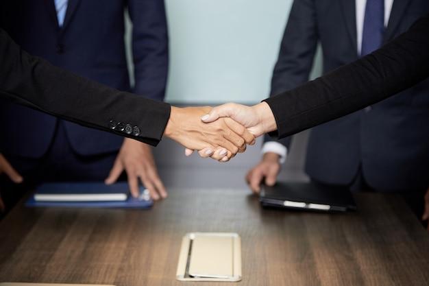 Gewas zakenmensen handen schudden