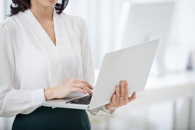 Gewas zakenvrouw met behulp van laptop
