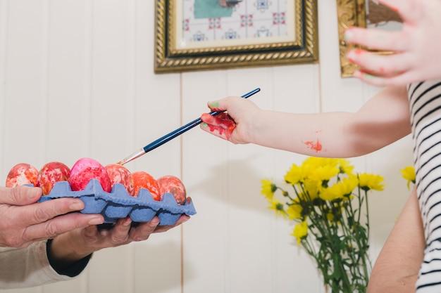 Gewaskieuw die eieren in karton schilderen