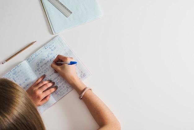 Gewasmeisje die ingewikkeld materiaal bestudeert