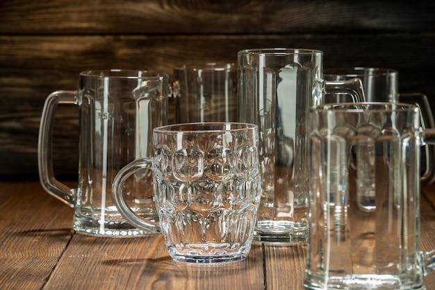 Gewassen bierglas bekers in een bar, bierglazen