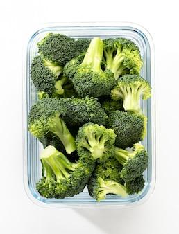 Gewassen en gesneden broccoli kroon in glazen container. biologische broccoli, gesneden en klaar om te worden gebruikt bij het koken.
