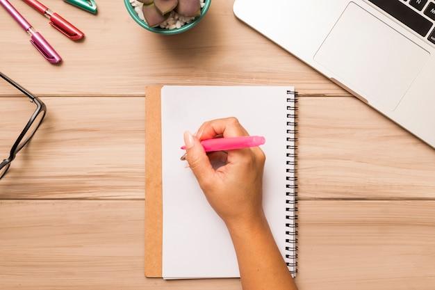 Gewasvrouw die in notitieboekje schrijft