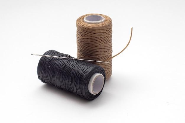 Gewaxte draad voor het met de hand naaien van leer op een witte achtergrond