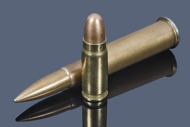 Geweer en pistoolpatronen op grijze tafel