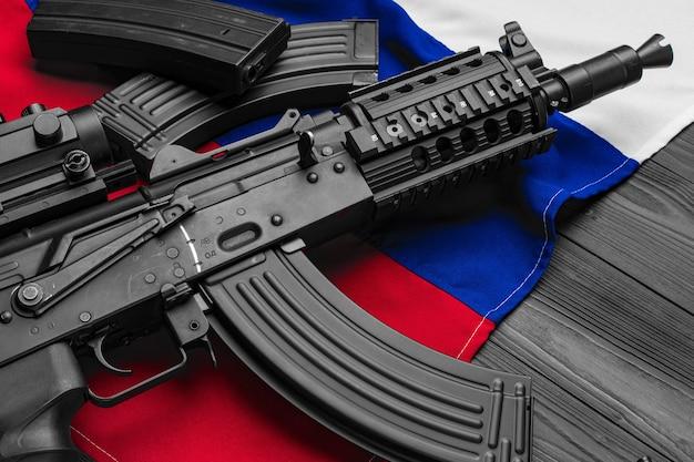 Geweer wapen op vlag van rusland close-up foto