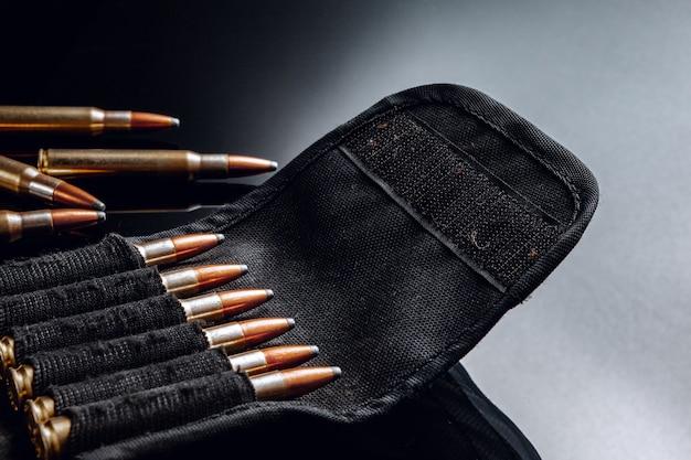 Geweerkogels of patronen op zwart glanzend close-up
