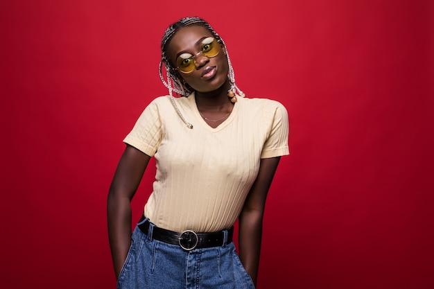Geweldig afrikaans model dat verrast emoties uitdrukt tijdens het poseren op een fotoshoot binnenshuis