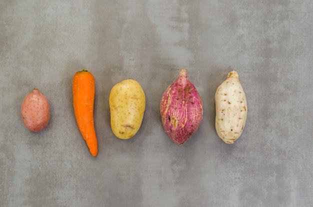 Geweldig concept van gezonde voeding, verschillende groenten, aardappelen, zoete aardappelen, wortelen