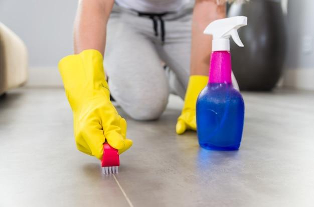 Geweldig concept van huishoudelijke schoonmaak, vrouw die de vloer schoonmaakt.