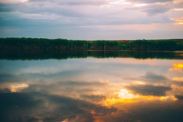 Geweldig en levendig kleurrijk landschap met prachtige wolken