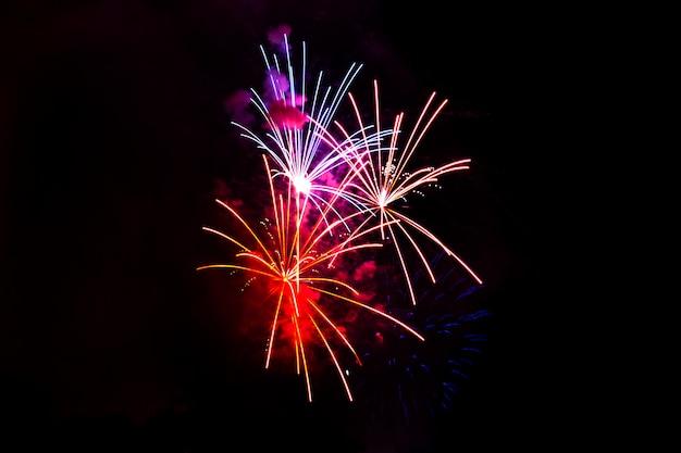 Geweldig geïsoleerd feestelijk vuurwerk op een donkere.