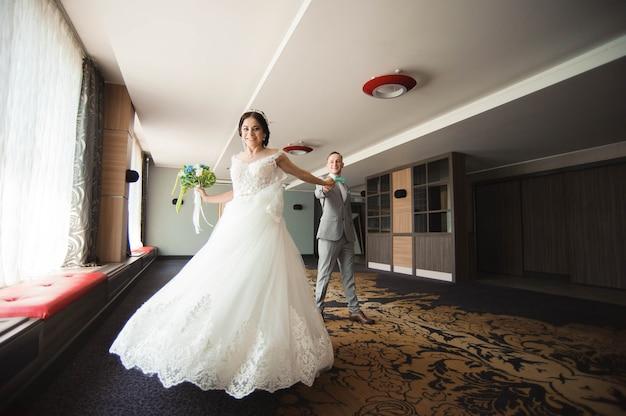 Geweldig lachend bruidspaar. mooie bruid en stijlvolle bruidegom.