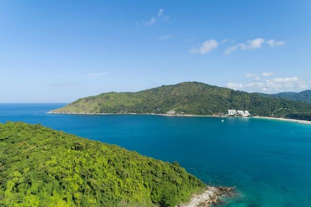 Geweldig landschap natuur landschap uitzicht op prachtige tropische zee met uitzicht op de kust van de zee in het zomerseizoen afbeelding door luchtfoto drone geschoten hoge hoekmening.