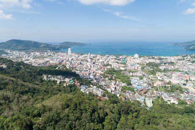 Geweldig landschap natuur luchtfoto van patong bay met bergketen op de voorgrond. patong stad in phuket thailand.
