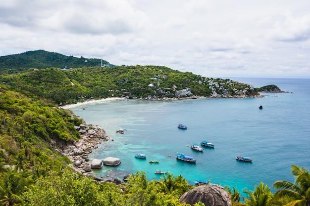Geweldig landschap - tropisch eiland met resorts - phi-phi island, provincie krabi, thailand