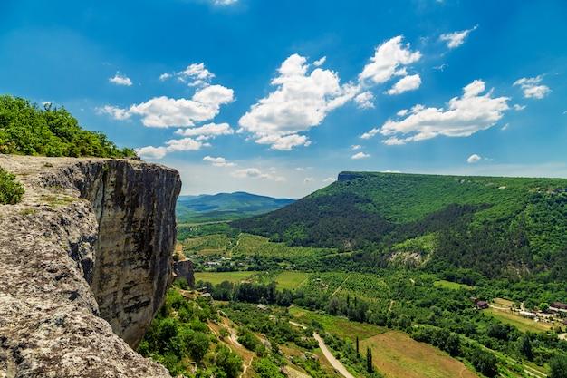 Geweldig landschap. uitzicht vanaf de top van de berg.