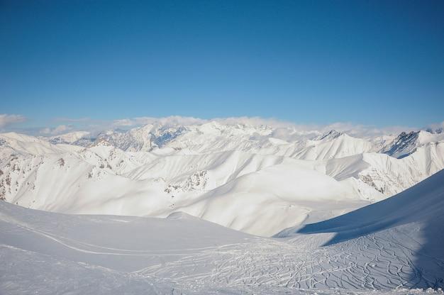 Geweldig landschap van de hoge bergtoppen