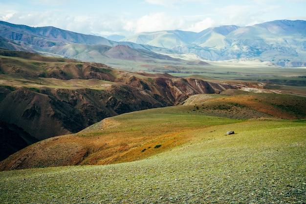Geweldig levendig berglandschap met diepe kloof.