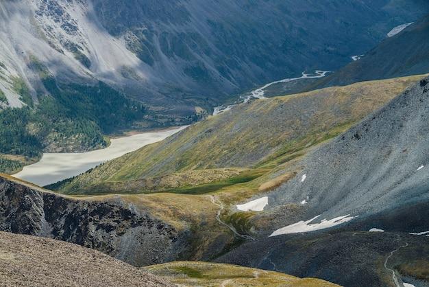 Geweldig luchtfoto naar prachtige vallei met bergenmeer en gigantische getextureerde hellingen