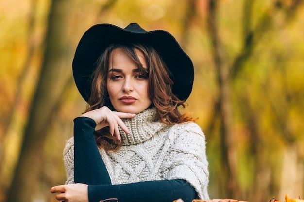 Geweldig meisje in een zwarte hoed en gebreide trui