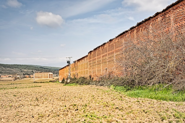 Geweldig oud bakstenen tabaksdrogermagazijn op een boerderij die zich toelegt op het kweken van de tabaksplant, industrial