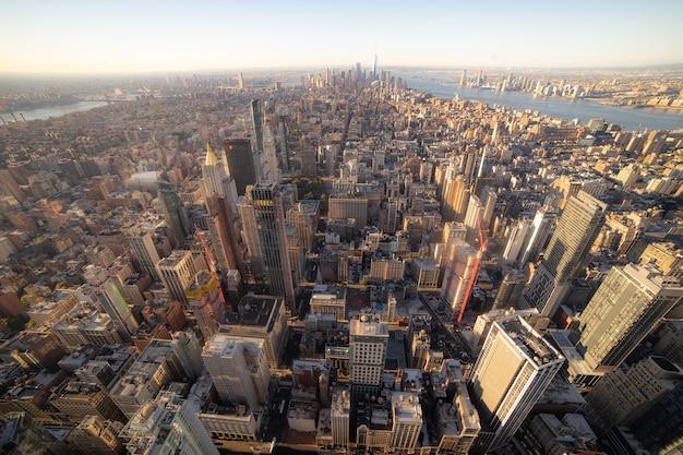 Geweldig panoramisch luchtfoto van manhattan met zonsondergang. concept van zaken en ontwikkeling