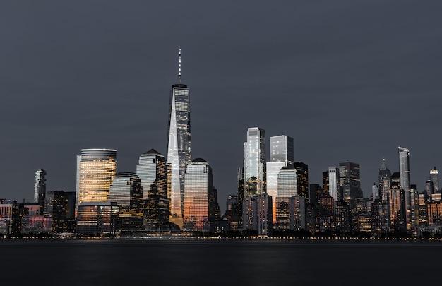 Geweldig schot van de hoge moderne wolkenkrabbers van de skyline van de stad 's nachts