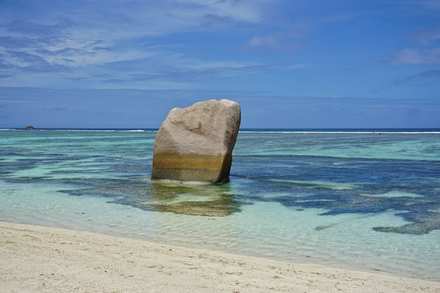 Geweldig tropisch strand anse source d'argent met granieten rotsblokken op la digue island, seychellen.