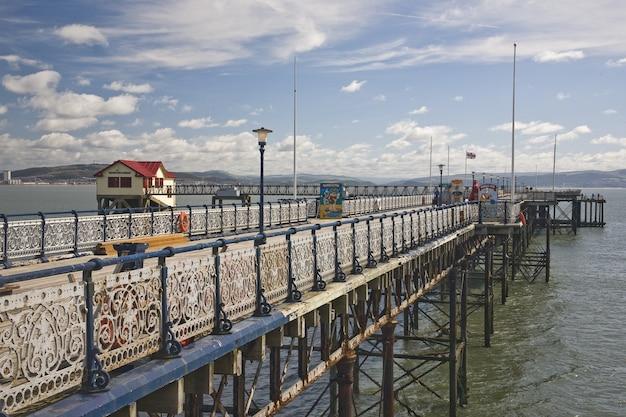 Geweldig uitzicht op de mumbles pier in swansea bay, zuid-wales