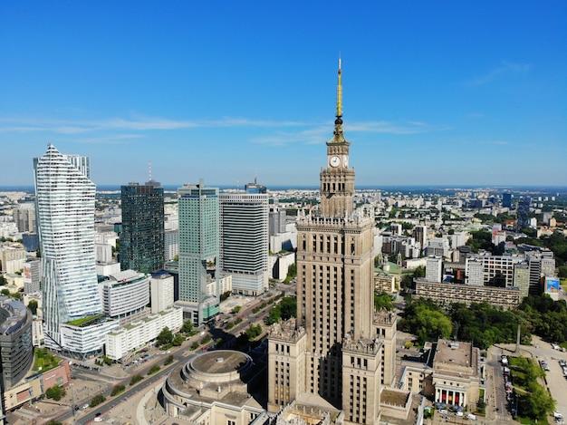Geweldig uitzicht van bovenaf. de hoofdstad van polen. geweldig warschau. stadscentrum en omgeving. luchtfoto gemaakt door drone. paleis van cultuur en wetenschap.
