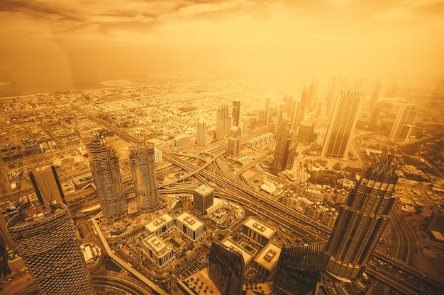 Geweldig uitzicht vanaf de hoogten in de stad met wolkenkrabbers in dubai
