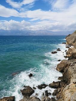 Geweldig zeegezicht en prachtige hemel